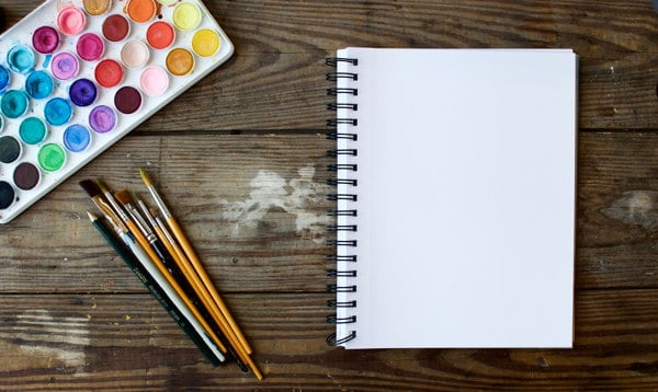 Acuarelas, pinceles y cuaderno